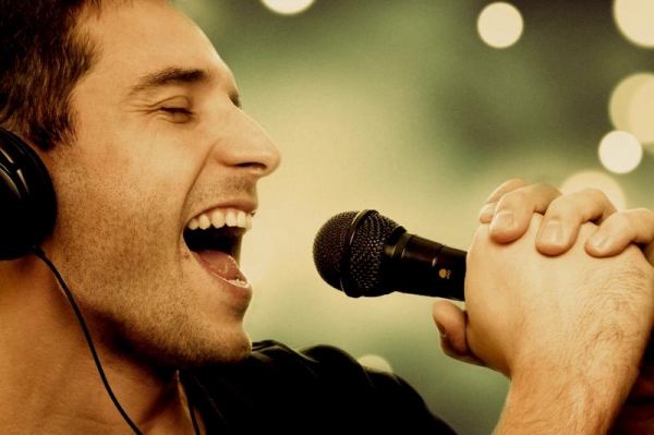énekes mikrofonnal